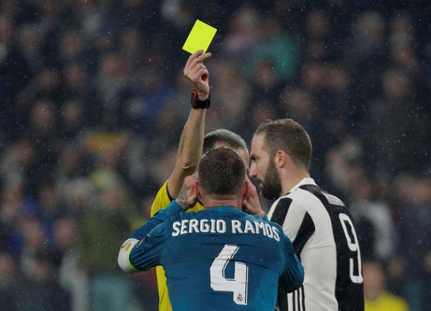 Sergio Ramos protesta al colegiado la tarjeta amarilla I Foto: Real Madrid