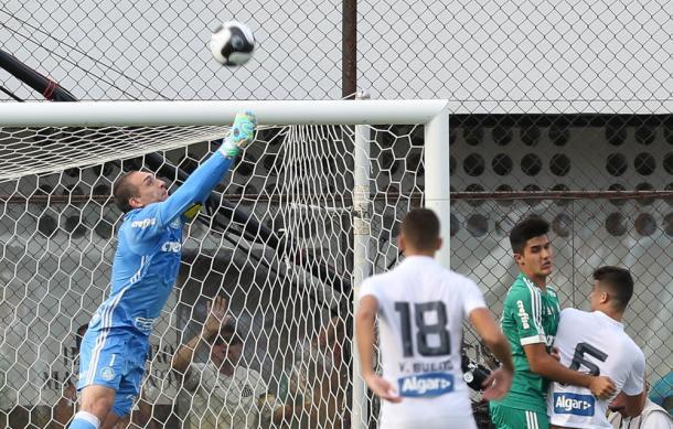 Defesa de Prass na final contra o Santos (Foto: Cesar Greco / Fotoarena)