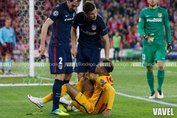 Neymar en el césped del Calderón I Foto: Rodri J Torrellas (VAVEL)