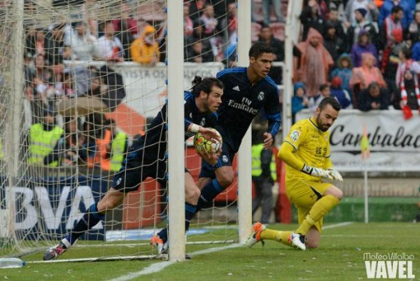 Bale sacando un balón de la portería | Fotografía: Mateo Villalba