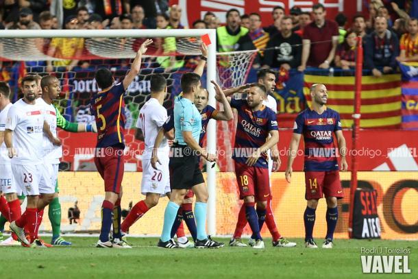 Los futbolista del Barcelona protestando la expulsión de Mascherano | Foto: Rodri J. Torrellas