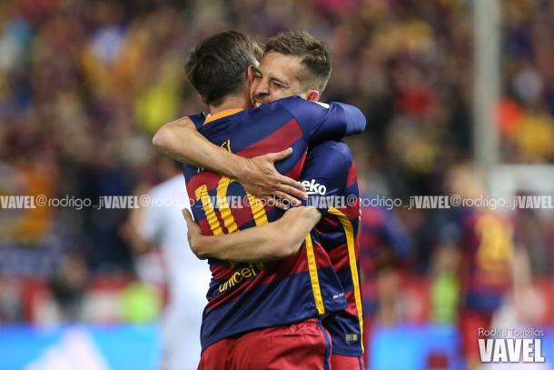 Messi y Jordi Alba fundiéndose en un abrazo | Foto: Rodrigo J Torrellas, VAVEL