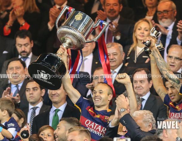 Andrés Iniesta levantado la Copa de España | Foto: Rodri J. Torrellas