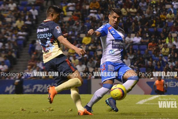 Erik Pimentel disputando el balón ante Joe Corona | Foto: Rodrigo Peña VAVEL