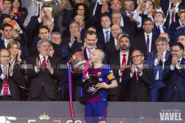 Andrés Iniesta levantando la última Copa del Rey en el Wanda | Foto: Dani Nieto (VAVEL)