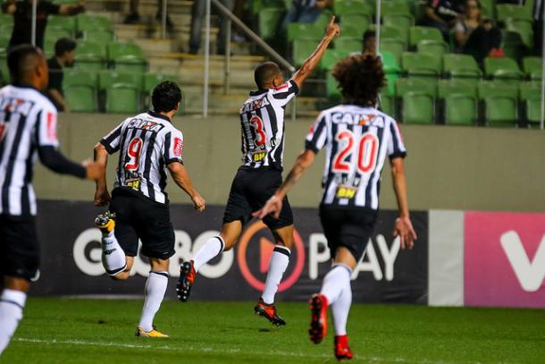 Leonardo Silva comemora seu gol de cabeça (Foto: Bruno Cantini/Atlético-MG)