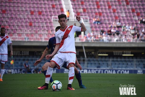 Álex Moreno defendiendo el balón ante un rival   Fotografía: Noelia Déniz