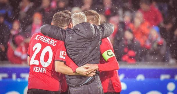 Christian Streich soddisfatto dei suoi dopo la grande vittoria di oggi. | SC Freiburg, Twitter.