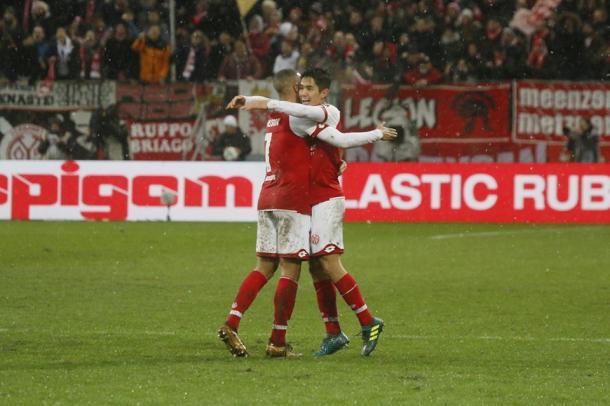 Yoshimori Muto festeggia così la propria doppietta personale odierna. | 1. FSV Mainz 05, Twitter.