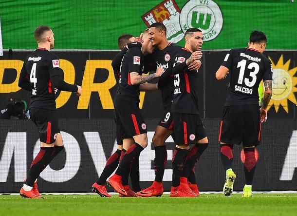 Sebastien Haller festeggiato dai compagni dopo il suo gol di oggi. | eintracht.de