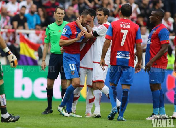 Los jugadores del Rayo y del Levante se consuelan por el descenso de ambos equipos | Imagen: Dani Mullor (Vavel)