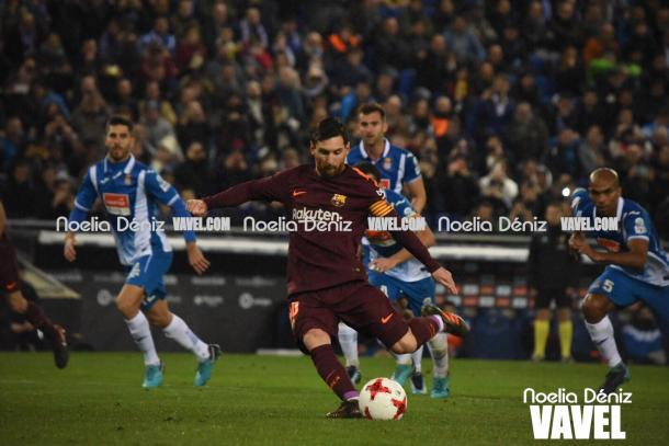 Messi ejecutando el penalti. Foto: Noelia Déniz, VAVEL.com