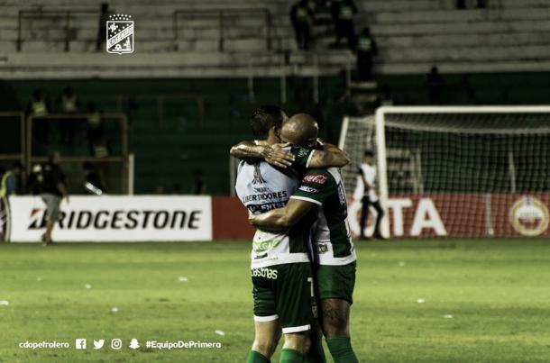 Meza abraza a su compañero Maxi Freitas, a quien asistió para el segundo tanto. / Foto: Prensa Oriente Petrolero