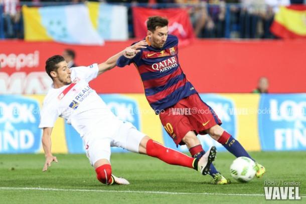Leo Messi realizando una jugada de ataque en la pasada final de Copa. Foto: Rodri, VAVEL.com
