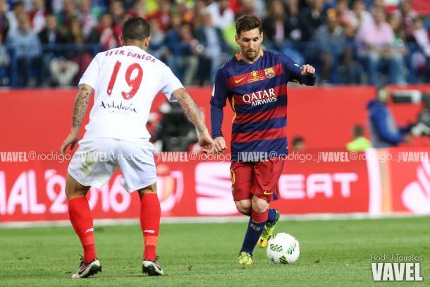 Leo Messi intenando driblar a Éver Banega | Foto: Rodri J. Torrellas