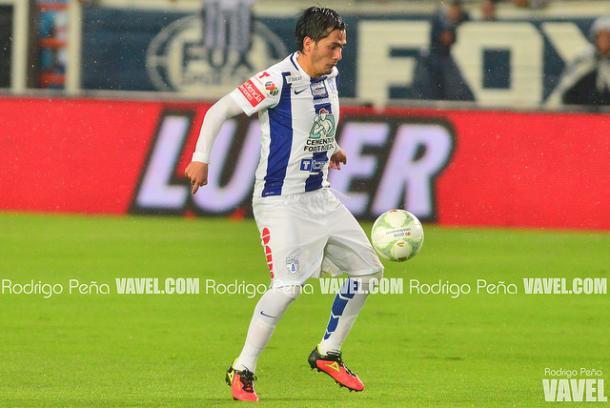 Hernández controlando el esférico durante un partido en el Estadio Hidalgo | Foto: Rodrigo Peña VAVEL