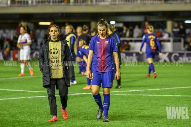 Patricia Guijarro con Aitana Bonmatí tras la eliminación ante el Olympique   Foto: Beto Fotógrafo, VAVEL