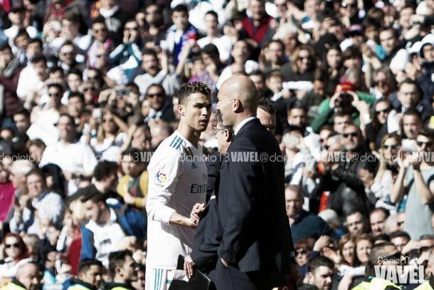 Zidane y Cristiano saludándose tras el cambio del portugués | Foto: Daniel Nieto