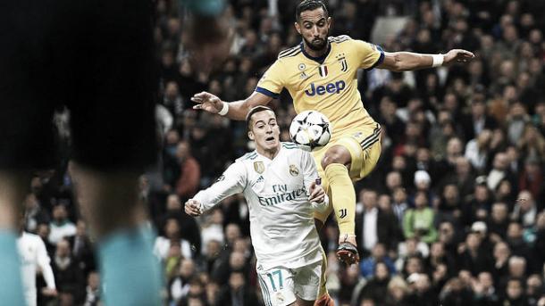 Benatia empuja desde atrás a Vázquez | Foto: Real Madrid C.F.
