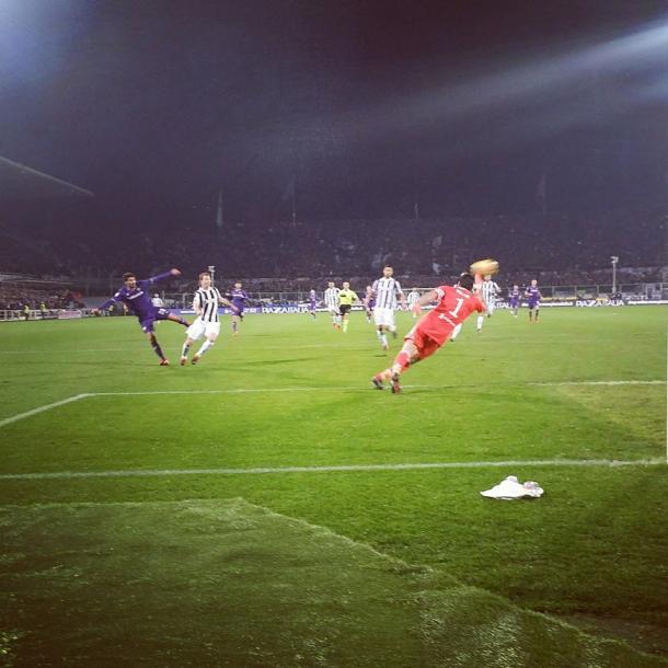 Momento del disparo de Gil Dias al palo / Foto: Fiorentina