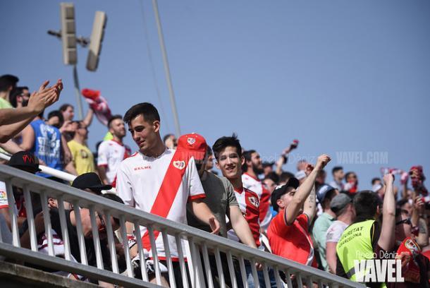 Aficionados del Rayo Vallecano animando a los suyos | Fotografía: Noelia Déniz