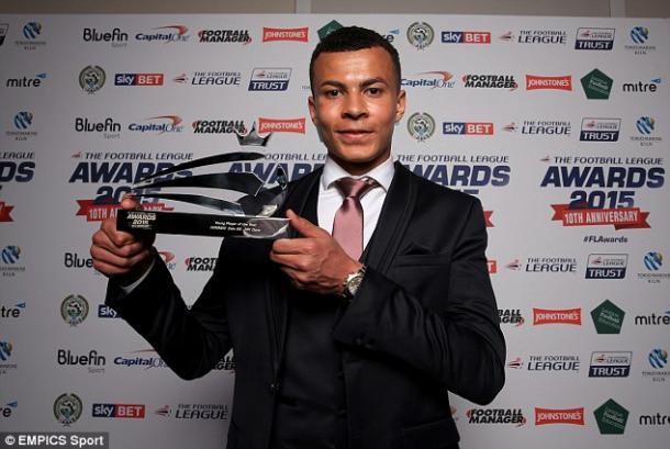 Dele Alli con el trofeo de la temporada pasada. Foto: EMPICS Sport vía Daily Mail