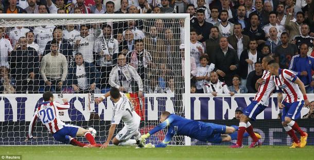 La rete di Chicharito Hernandez, decisivo nell'ultimo incrocio in match di andata e ritorno tra Real e Atletico. Fonte foto: Daily Mail/Reuters