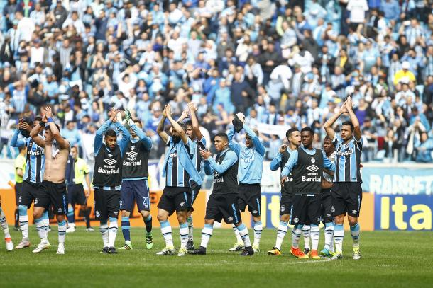 Jogadores comemoram vitória com a torcida, após o apito final (Foto: Divulgação/Grêmio)