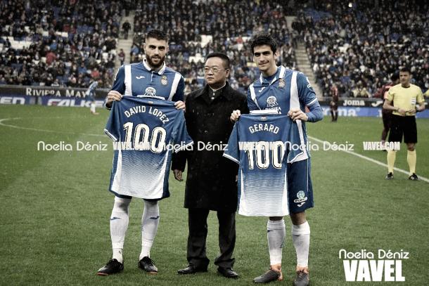 Gerard Moreno junto a David López y el presidente del club, Mr Chen, en el reconocimiento por los 100 partidos. Foto: Vavel