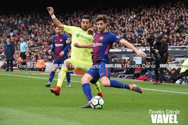 Ángel y Sergi Roberto disputando la posesión del balón ante la mirada de Messi. FOTO: Noelia Déniz