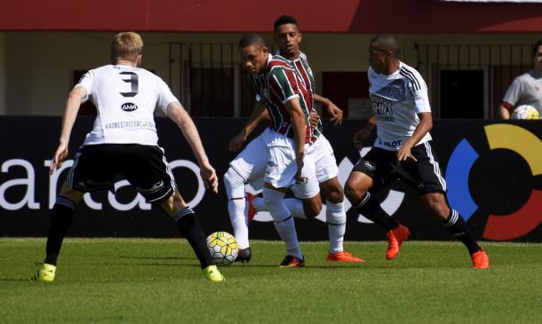 Wellington em ação contra a Ponte Preta: atacante vive lua de mel com a torcida (Foto: Mailson Santana/Fluminense F.C.)