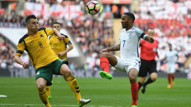 Raheem Sterling disputa un balón. Fuente: Fifa.com
