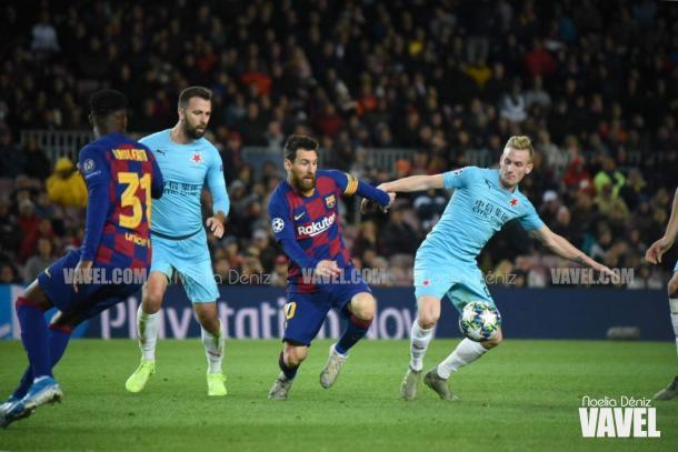 Messi, incapaz ante el muro del Slavia. FOTO: Noelia Déniz