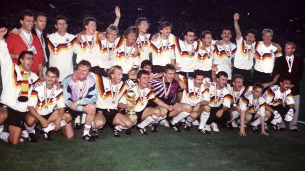 Alemania Federal celebra su tercera corona mundial, conquistada en Italia 1990 contra Argentina. (Foto: FIFA.com).