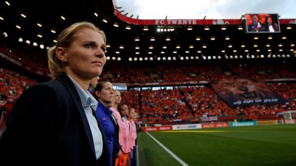 Com competência e pulso firme, treinadora foi extremamente importante no primeiro título europeu da equipe. (Foto: Catherine Ivill/Getty Images)