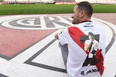 La camiseta que usará Mora en el partido despedida. Foto: Prensa River.