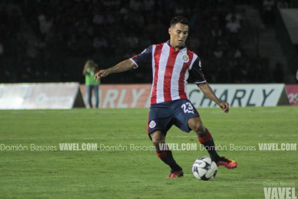 Lluvia de rojas y golazos en empate entre Rayados y Chivas