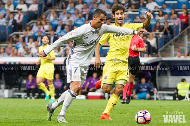 Cristiano pelea con Trigueros un balón I Foto: Daniel Nieto (VAVEL)