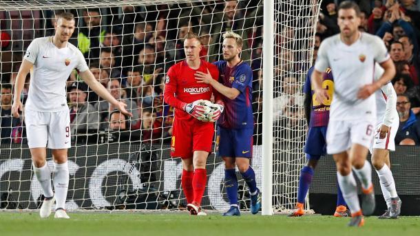 Ter Stegen atrapa un balón en el partido de ida / Foto: Barcelona