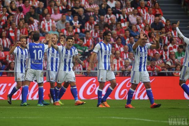 Los jugadores de la Real celebrando el primer gol. I Foto: Óscar Alonso / VAVEL