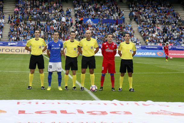 López Amaya posa con los capitanes de Real Oviedo y Numancia | Foto: Real Oviedo
