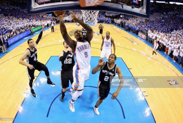 Ibaka vs Spurs en Final del oeste 2012. Vía:Getty Images