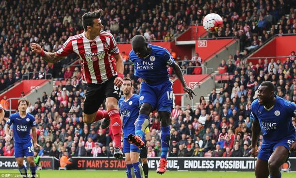 Lo stacco aereo di Fonte nel match d'andata tra Southampton e Leicester. Fonte: BPI/ James Marsh