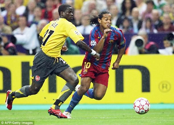 Eboué pugna un balón con Ronaldinho   Fuente: Getty Images