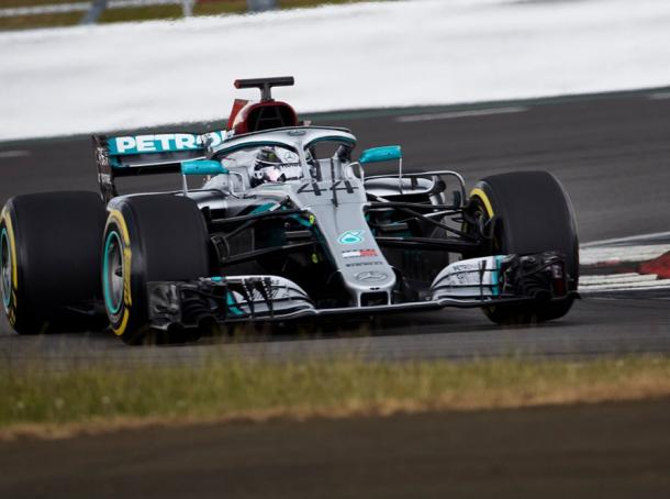 Hamilton rodando con el WO9 (Fuente:https://www.mercedesamgf1.com/en/news/2020/06/mercedes-returns-track-f1-protocol-run-through/)