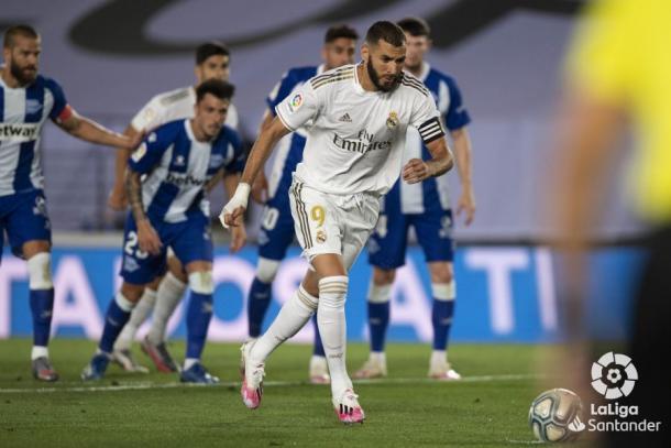 Benzema antes de lanzar el penalti contra el Alavés | Fuente: LaLiga