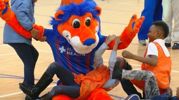 Gary 'the lion' animando a un grupo de niños (local12.com)