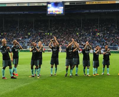 Parte de la plantilla aplaudiendo a los aficionados que se desplazaron a Heereveen. Fuente: Ajax