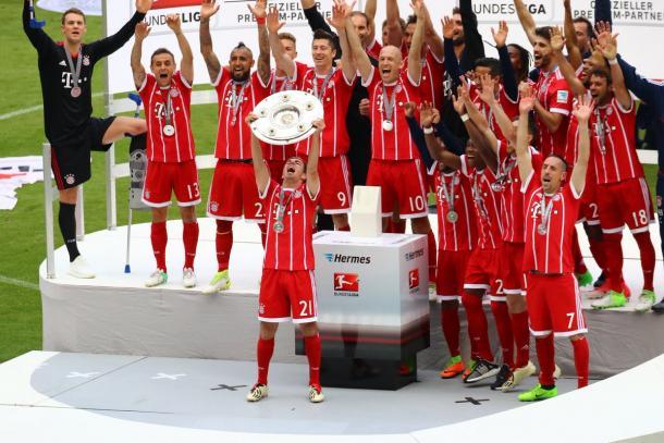 Bayern de Munique comemorando o seu pentacampeonato seguido - 2012/13, 13/14, 14/15, 15/16, 2016/17 - (Foto: Divulgação/FCBayern)