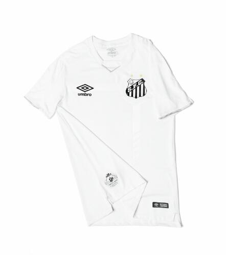A camisa apresenta alguns detalhes perto do escudo (Foto: Santos FC/Divulgação)